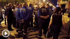 Miembros del dispositivo en torno al edificio derrumbado en Chamberí. (Foto: EFE)