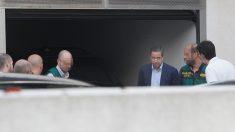 Eduardo Zaplana junto a agentes de la UCO durante el registro a sus propiedades. (Foto: EFE)