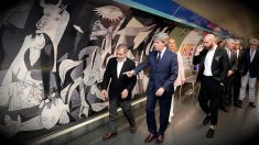 Ángel Garrido, presidente de la Comunidad de Madrid, junto a manuel Borja-Villel, director del reina sofía, en la estación de Metro de Atocha, 'Estación del Arte'.