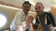 Andrés Iniesta, junto al CEO de Rakuten, viajando a Japón. (@andresiniesta8)