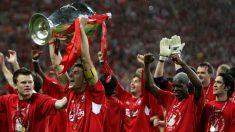 Los jugadores del Liverpool celebran la Champions League que ganaron en la temporada 04-05. (AFP)
