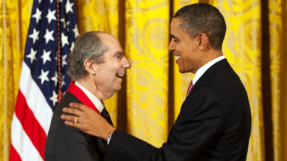 Barack Obama entrega la Medalla Nacional de Humanidades a Philip Roth en 2011. (Foto: AFP)