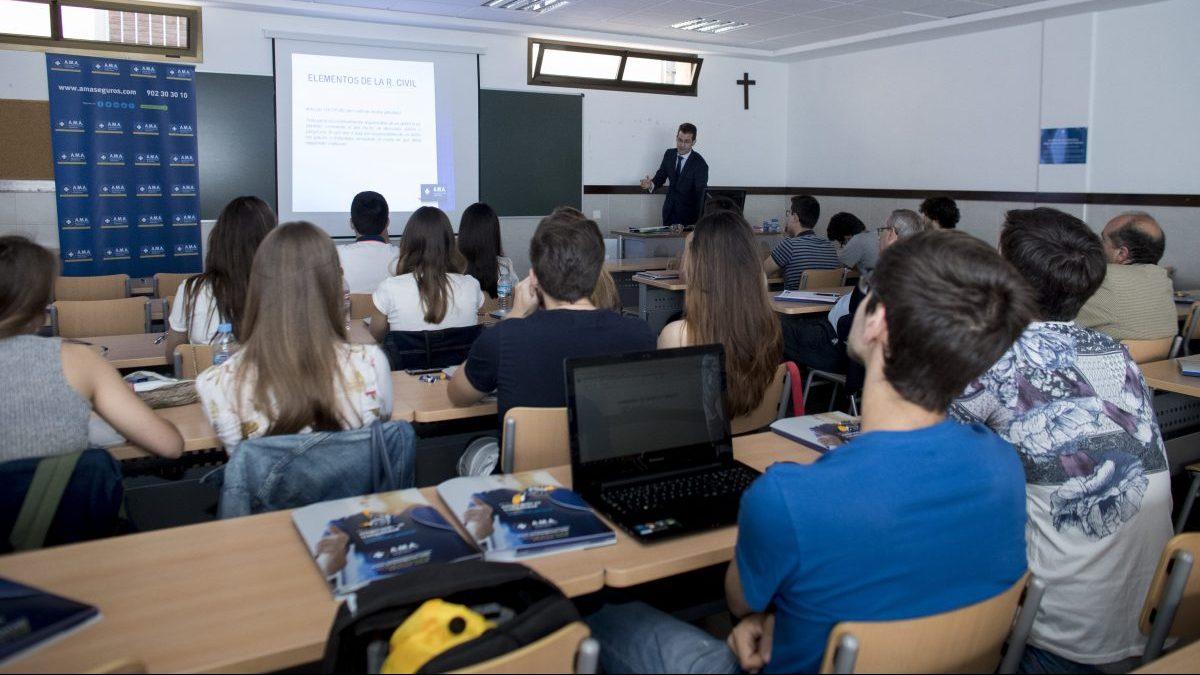 Universitarios en clase.