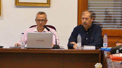 De izquierda a derecha, el alcalde de Hoyo de Manzanares, José Ramón Regueiras y el secretario municipal, Juan Ramón Ferris Tortajada.