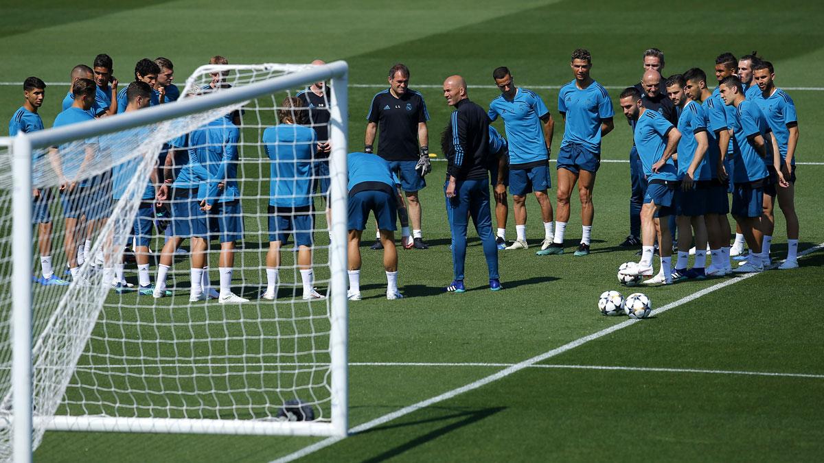 Zidane habla con su plantilla antes de partir a Kiev.