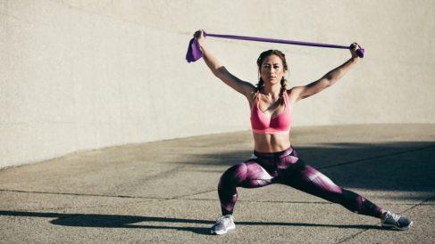 Las bandas elásticas te ayudarán a fortalecer todos los músculos de tu cuerpo trabajando con la resistencia.