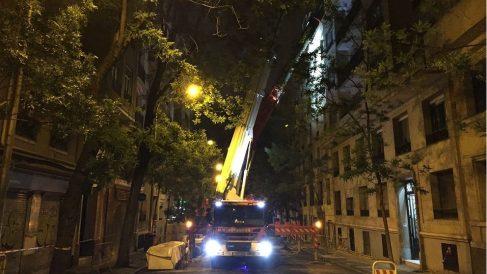 Los bomberos trabajan en el inmueble derrumbado en la calle General Martínez Campos de Madrid. (EP)