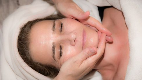 Cómo dar un masaje facial paso a paso de forma correcta