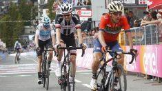Tom Dumoulin entró en meta con Pozzovivo y Froome. (AFP)