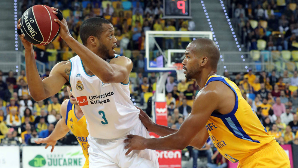 Eulis Báez intenta quitarle el balón a Randolph durante el Gran Canaria – Real Madrid. (EFE)