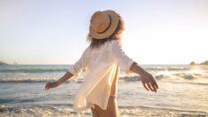 Usar sombrero durante el verano es una forma de protección solar para el pelo.