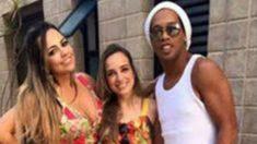 Ronaldinho posa con sus dos novias.