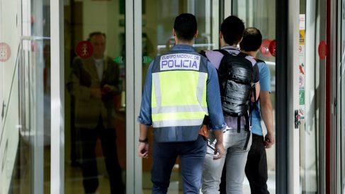 Agentes de la Udef registran la Diputación de Barcelona. (Foto: EFE)