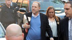 Harvey Weinstein se entrega en una comisaría de Nueva York. (Foto: AFP)