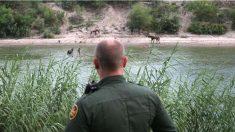 Un agente de fronteras ante el curso del Río Bravo, que separa México de EEUU.