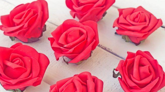 7ffce38dc68 Cómo hacer rosas de goma eva de forma fácil paso a paso