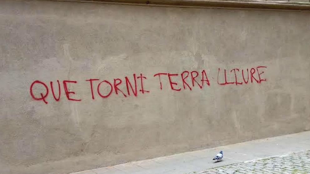 Pintadas pidiendo el regreso de la banda terrorista 'Terra Lliure' en Vic (Barcelona). (Foto: 'Dolça Catalunya')