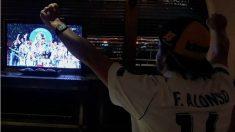 Fernando Alonso celebró por todo lo alto la victoria del Real Madrid. (Twitter)