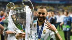 Karim Benzema posa con el trofeo de campeones. (AFP)