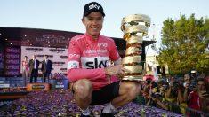 Chris Froome posa con el trofeo de campeón del Giro de Italia. (AFP)