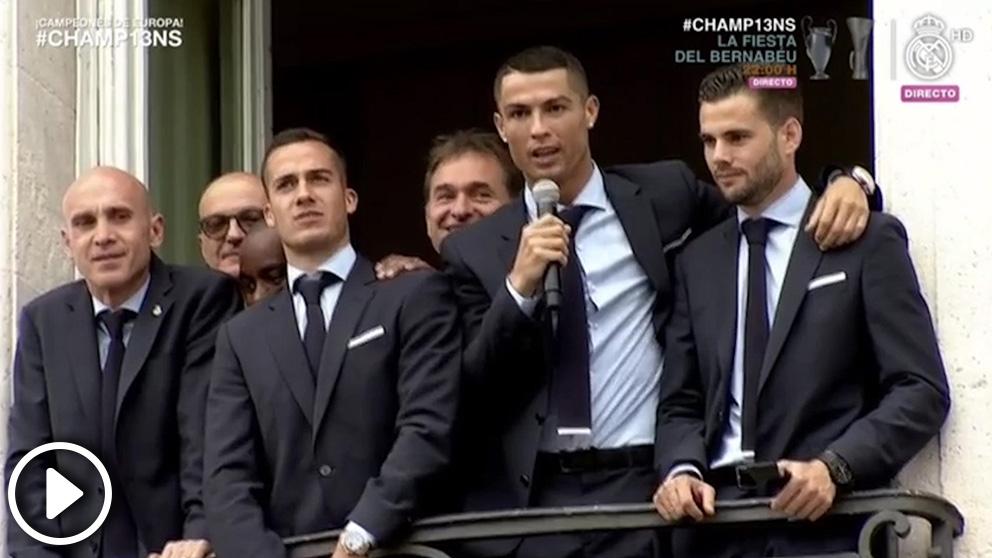 Cristiano dio las gracias a la afición desde el balón de la sede de la Comunidad de Madrid.