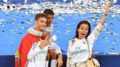 Cristiano Ronaldo, Georgina y Cristiano Jr. tras conquistar la Decimotercera. (AFP)