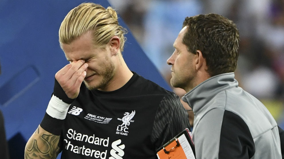 Karius llora tras sus cantadas en la final de Champions League 2018. (AFP)