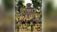 Lazos amarillos colocados por los CDR frente al Parlament.