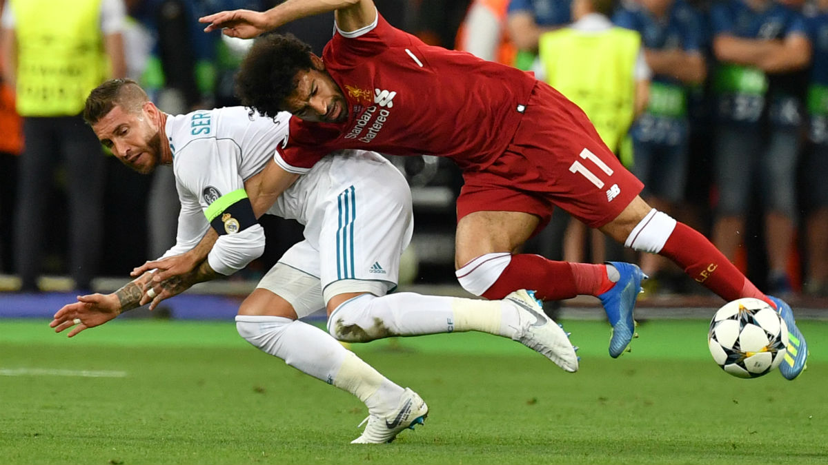 Sergio Ramos, en la acción que acabó con la lesión de Salah. (AFP)