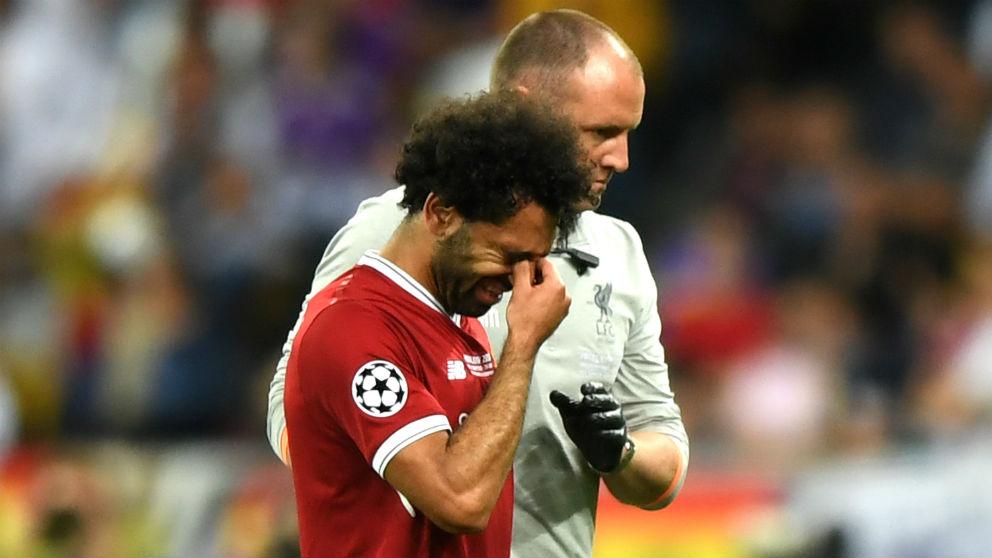 Mohamed Salah se retira lesionado en la final de Champions. (Getty)