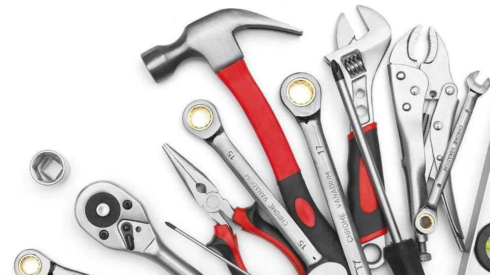Tener a mano las herramientas adecuadas en nuestro coche puede significar que podamos solventar por nosotros mismos algunos de los problemas que se puedan presentar sobre la marcha.