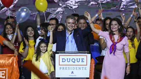 Iván Duque, junto a Marta Lucía Ramírez, celebra los resultados de la primera vuelta presidencial en Colombia. (AFP)