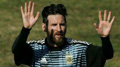 Leo Messi saluda a los fans en un entrenamiento de Argentina. (AFP)