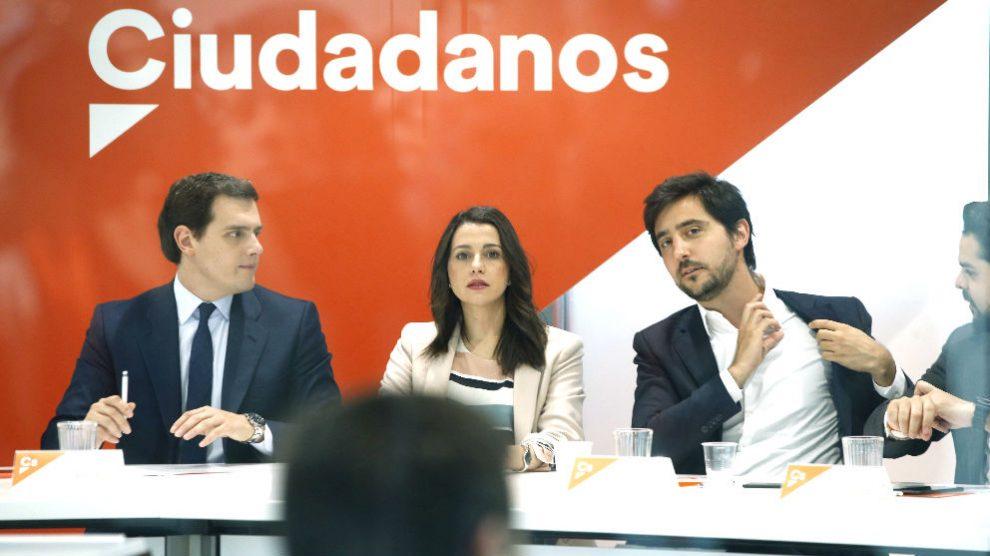 El líder de Ciudadanos, Albert Rivera, junto a la portavoz de la ejecutiva, Inés Arrimadas, y el secretario de Programas y Áreas Sectoriales, Toni Roldán (d), durante una reunión del Comité Ejecutivo. (Foto: EFE)