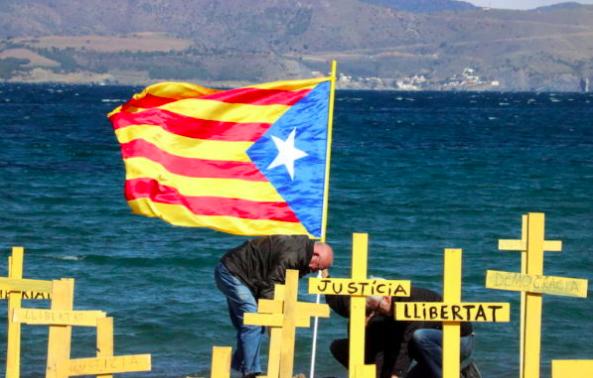 Los separatistas llenan de símbolos golpistas las playas catalanas