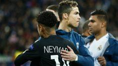 Neymar y Cristiano Ronaldo se abrazan antes del Real Madrid-PSG de esta temporada. (Getty Images)