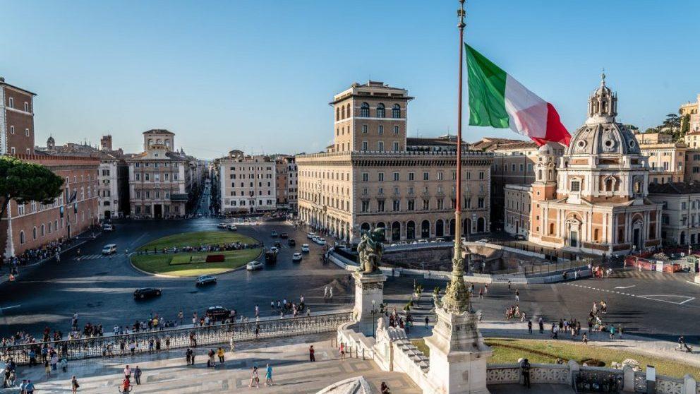 Roma (Italia) con la bandera ondeando (Foto. Istcok)