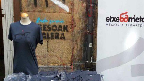 Venta de camisetas en un local del Casco Viejo de Bilbao.
