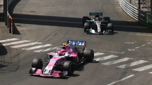 El 'adelantamiento' de Lewis Hamilton a Esteban Ocon en Mónaco ha levantado la sospecha de una posible ayuda encubierta de Force India a Mercedes. (getty)