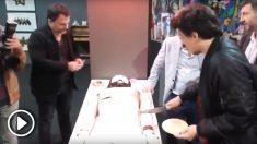 El concejal de Cultura de la ciudad de Buenos Aires se come un pastel de Jesucristo.