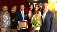 Enrique Ponce, junto a su mujer y el fundador de la FUndación Aladina, Paco Arango, entregando el Premio Nacional de Tauromaquia que le concedió el Ministerio de Cultura en 2017. Foto: Aplausos