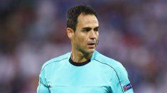 Velasco Carballo, durante un partido en su época de árbitro. (Getty)