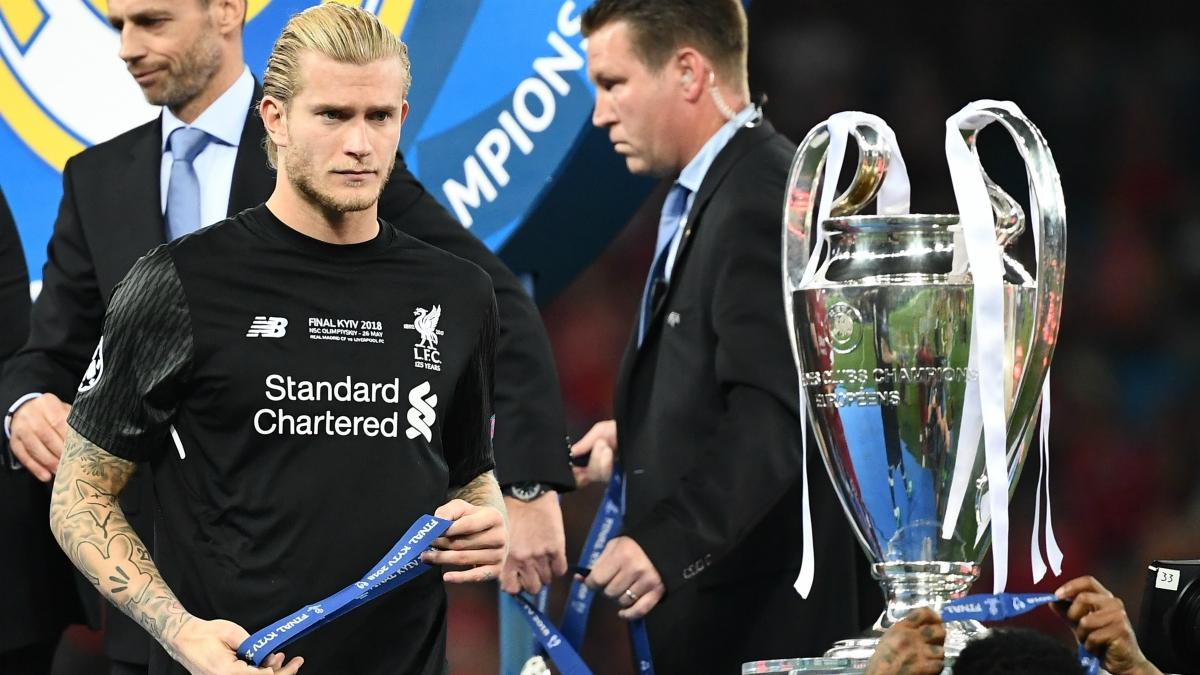 Karius pasa junto a la Champions después de la final. (AFP)