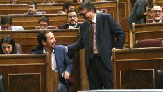 El portavoz del PNV, Aitor Esteban (d), saluda al líder de Unidos Podemos, Pablo Iglesias (2i), al inicio de la primera jornada de la moción de censura presentada por el PSOE contra el presidente del Gobierno, Mariano Rajoy, hoy en el Congreso. (Foto: Efe)