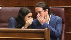 El líder de Unidos Podemos, Pablo Iglesias, y la portavoz Irene Montero, en sus escaños en el Congreso (Foto: Efe)