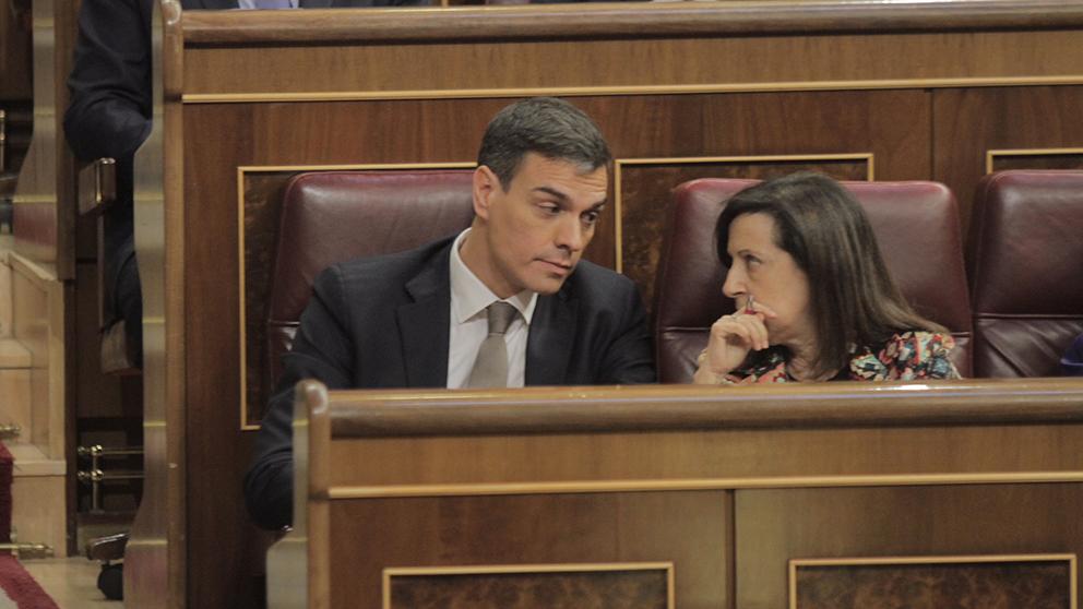 Pedro Sánchez hablando con Margarita Robles durante la moción de censura. (Foto: Francisco Toledo)