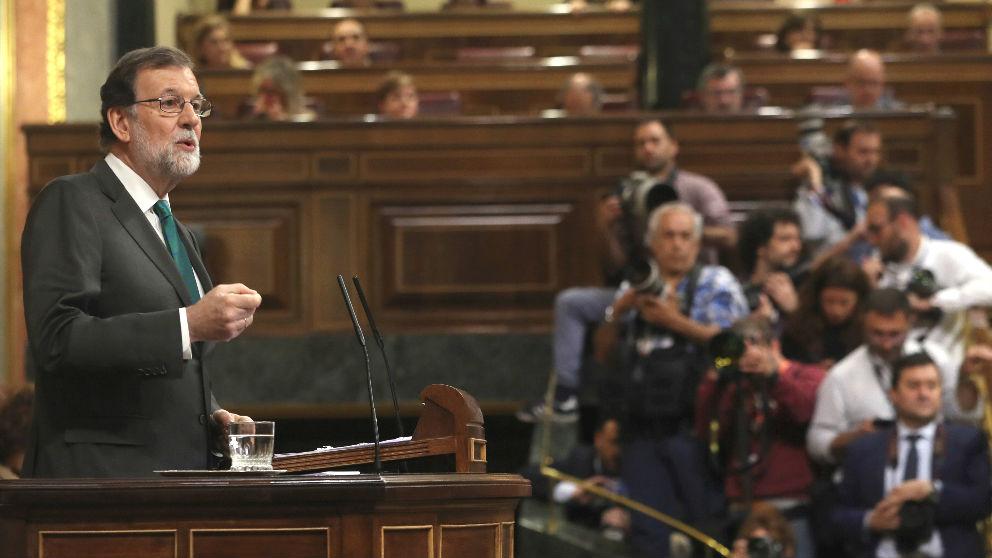El presidente del Gobierno, Mariano Rajoy, durante su intervención ante el pleno del Congreso, en la primera jornada de la moción de censura presentada por el PSOE contra el Gobierno. (Foto: Efe)