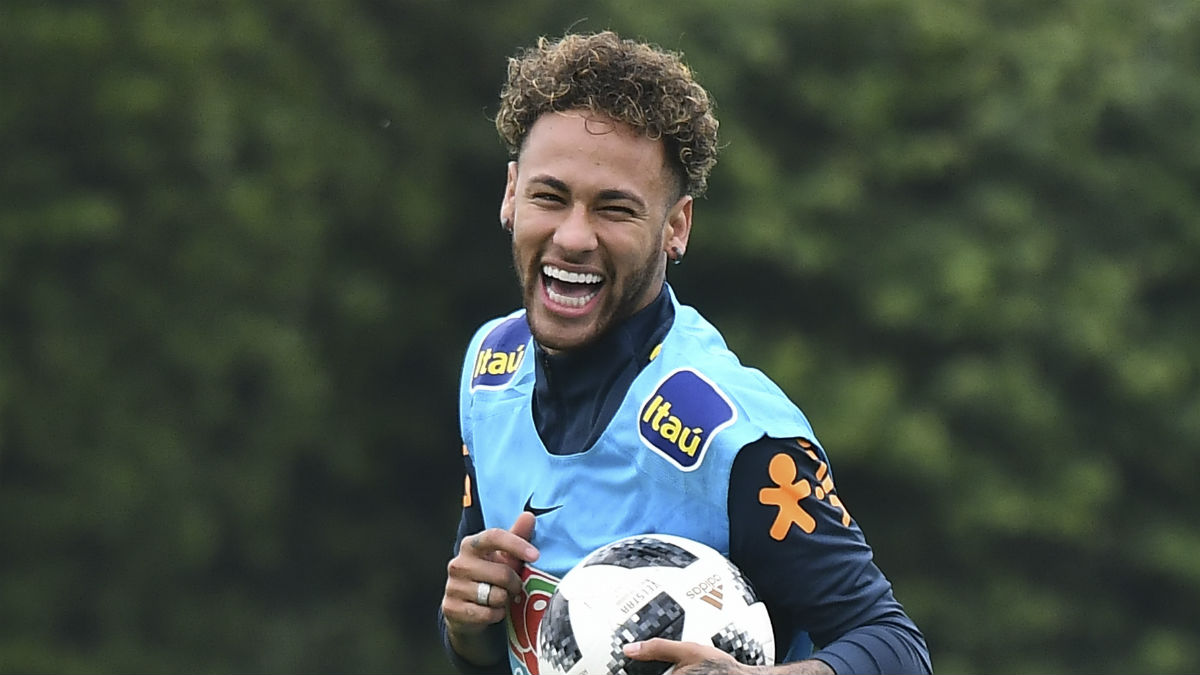 Neymar: «Mi padre no toma decisiones en mi carrera»  (AFP)