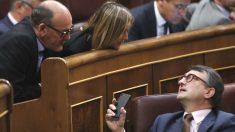 El portavoz del PNV, Aitor Esteban (abajo), conversa con los diputados de su formación Joseba Andoni Agirretxea e Idoia Segastizabal, durante la moción de censura de Sánchez a Rajoy (Foto: Efe) | Moción de censura Rajoy