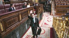 El presidente del Gobierno, Mariano Rajoy, abandona el hemiciclo en la primera sesión de la moción de censura. (Foto: EFE)
